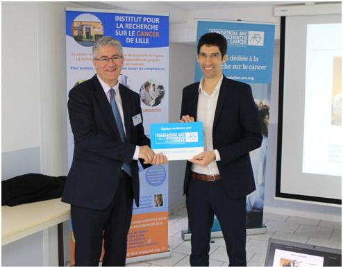 Remise de subvention au Dr. Salomon Manier (à droite) des mains du directeur général de la Fondation ARC M. François Dupré
